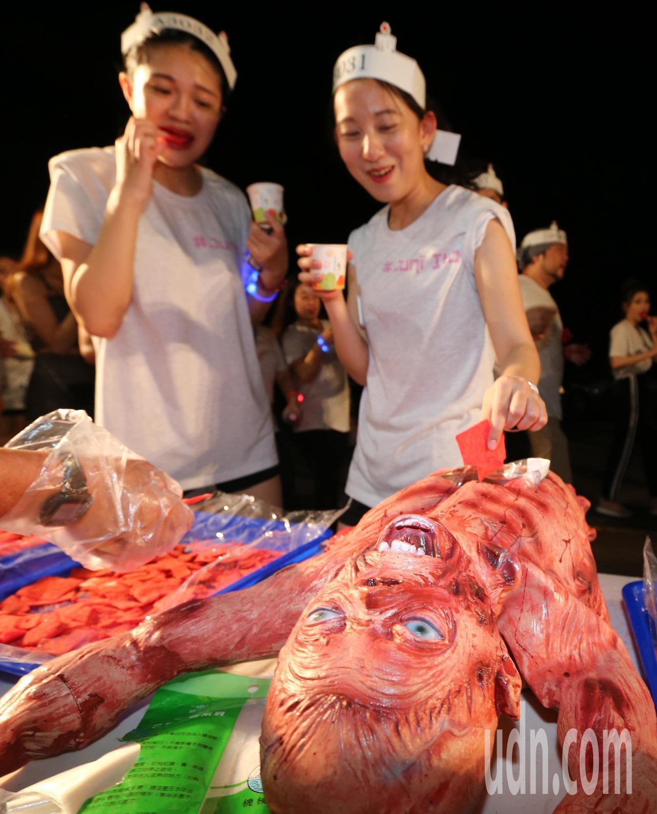 伊藤潤二嚇夜祭路跑登場,補給站也用恐怖道具裝著食物、飲料。記者許正宏/攝影