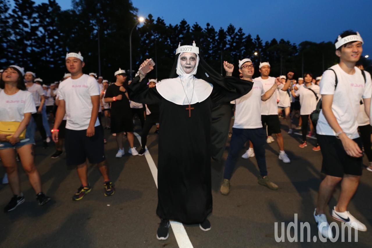 伊藤潤二嚇夜祭路跑登場,不少跑者精心打扮,以各種鬼怪造型夜跑。記者許正宏/攝影
