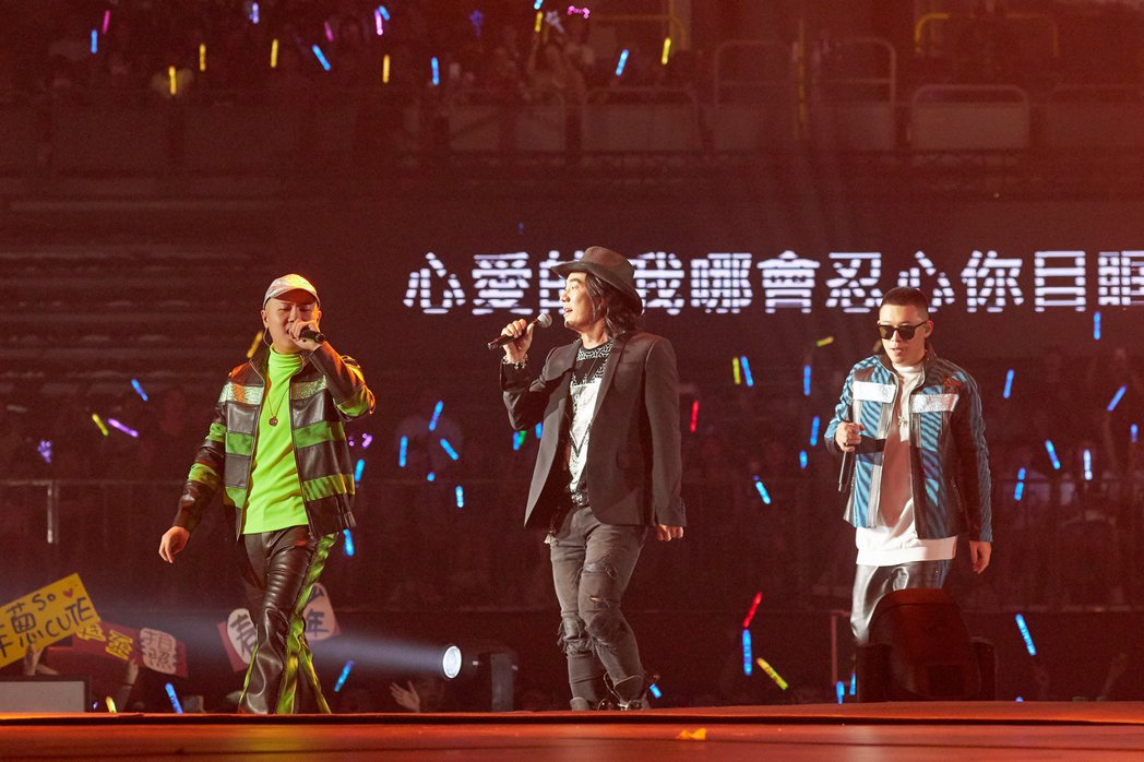 玖壹壹與嘉賓任賢齊合唱「癡情男子漢」。圖/混血兒娛樂提供