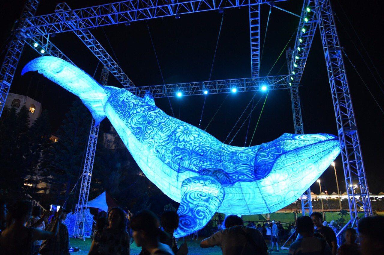高達15公尺的主燈「鯨動海灣」在空中栩栩如生,令人驚艷。圖/澎湖縣政府提供