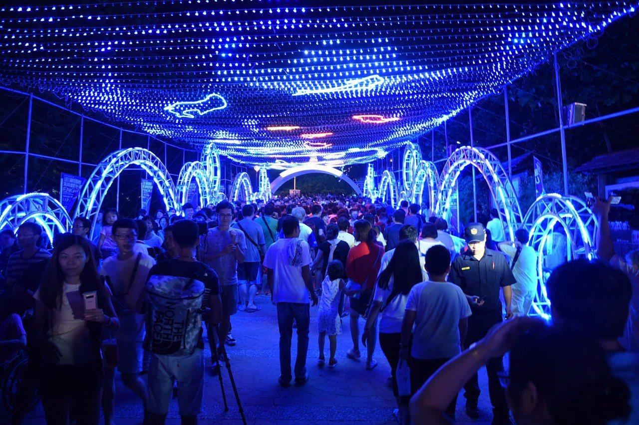 2019澎湖國際海灣燈光節在觀音亭華麗登場,吸引眾多遊客。圖/澎湖縣政府提供