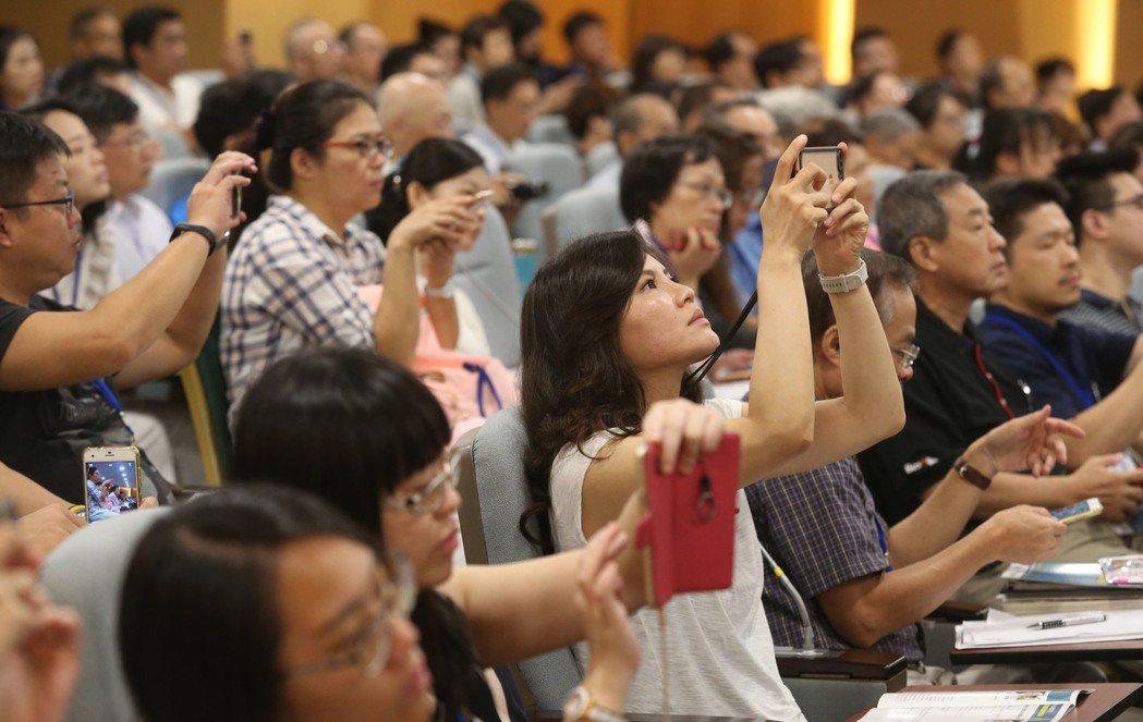 「認識你的細胞經濟學論壇 」,觀眾聽講踴躍,認真紀錄。記者林俊良/攝影