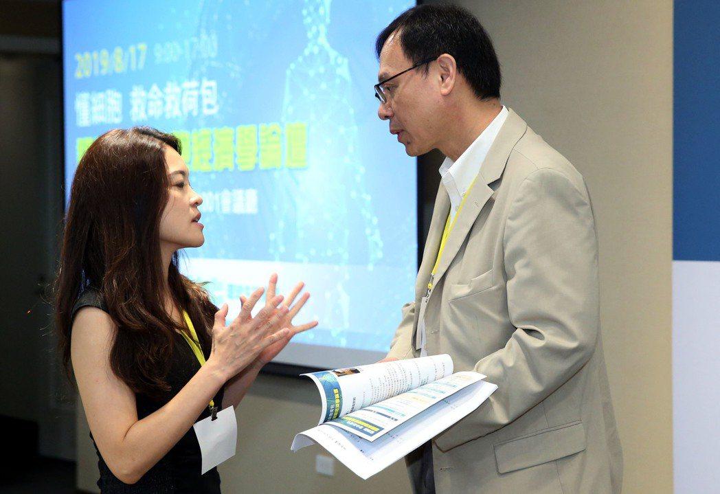 台灣癌症免疫細胞協會理事長紀君霖 (左)與衛生福利部醫事司司長石崇良(右)交換意...