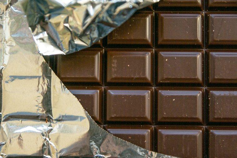 「巧克力」曾被視為令人肥胖的罪惡食物,但近期研究告訴我們,巧克力含有益健康的化合...