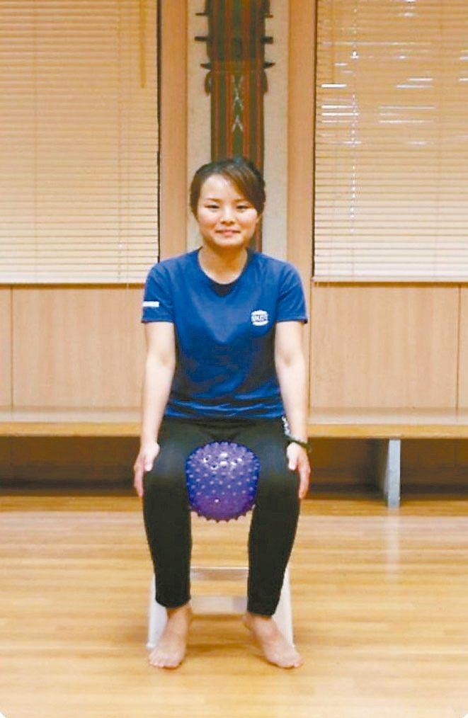 鍛鍊骨盆底肌坐姿兩腿內側 夾緊瑜伽球 圖/蔡娟秀提供