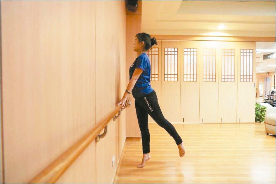 鍛鍊骨盆底肌站姿踮腳交替向後抬腿 圖/蔡娟秀提供