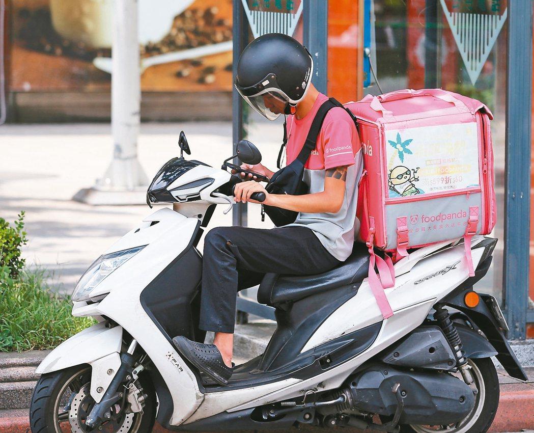 找路…滑手機美食外送服務在台北隨處可見,外送員常趁紅燈滑手機看訂單、找路,引...