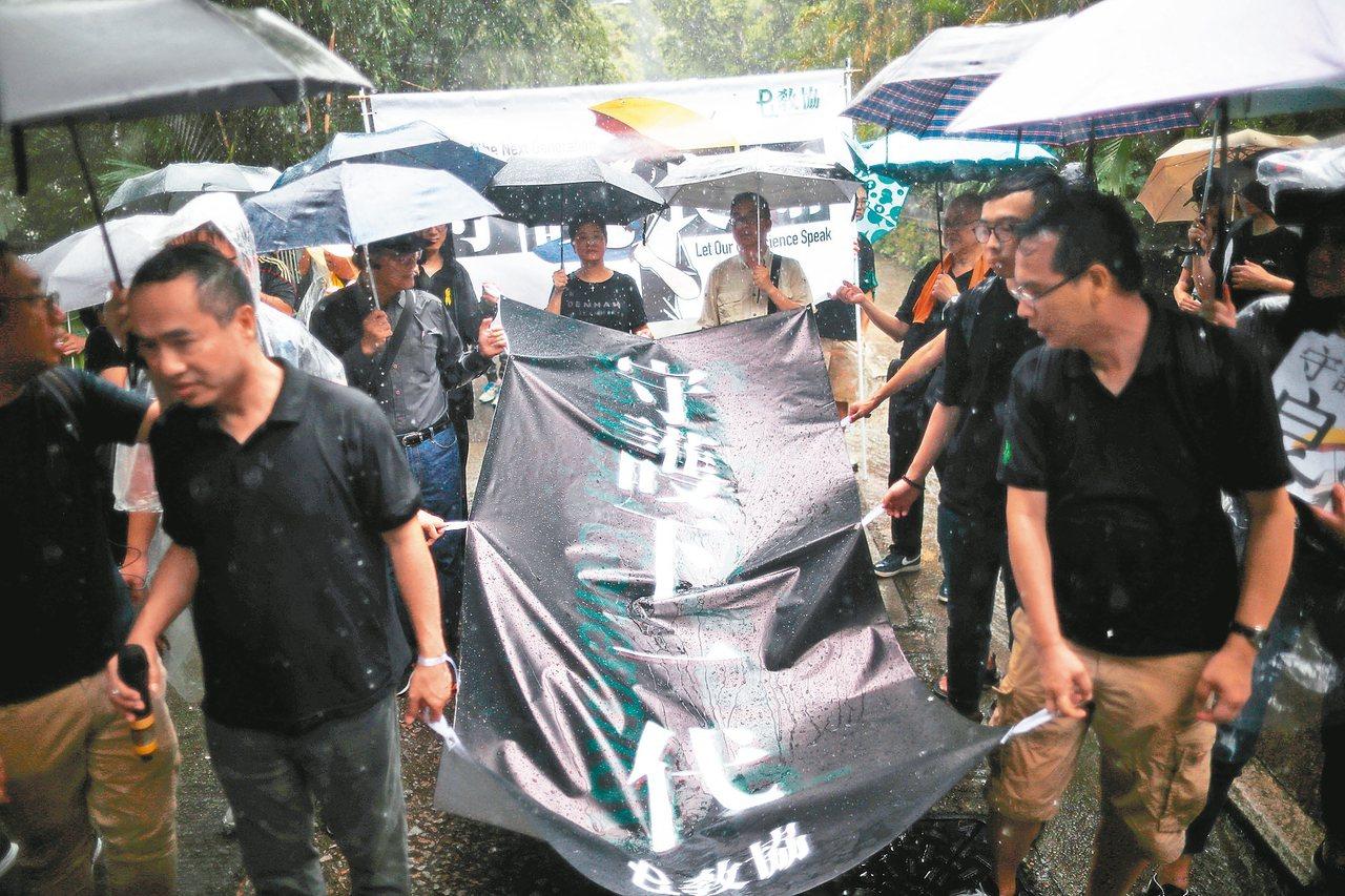 香港教師昨罕見地走上街頭,要求港府回應民間訴求。 (路透)
