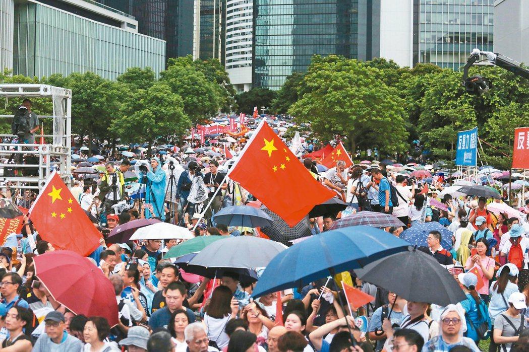 親北京的香港建制派組織「守護香港大聯盟」發起的「反暴力、救香港」集會,昨在金鐘添...