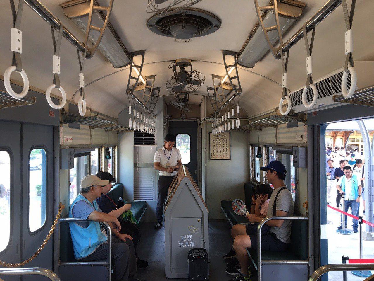 台鐵35TP32850型車廂內,已重現往日樣貌,民眾前來新北投車站時將可上車一睹...