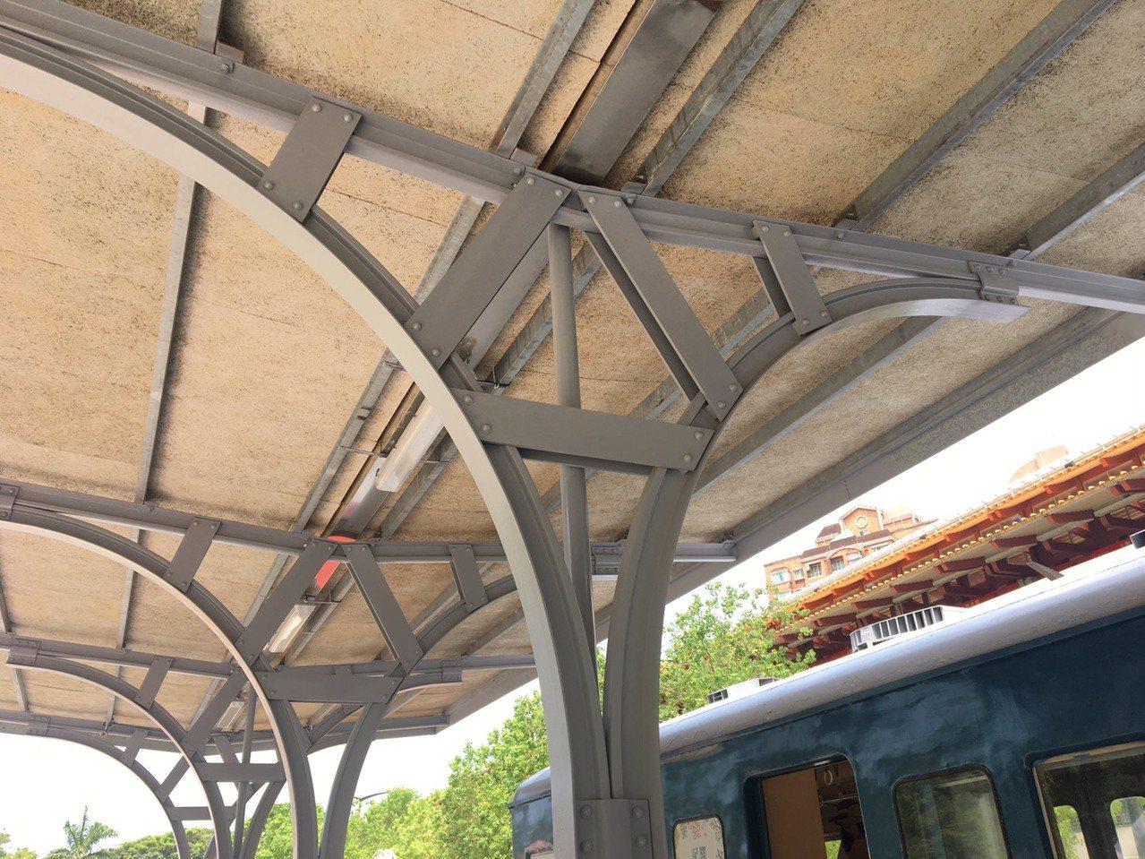 新北投車站月台棚架,使用有別於現代車站的錨釘式仿舊工法,相當有特色。 記者郭頤/...