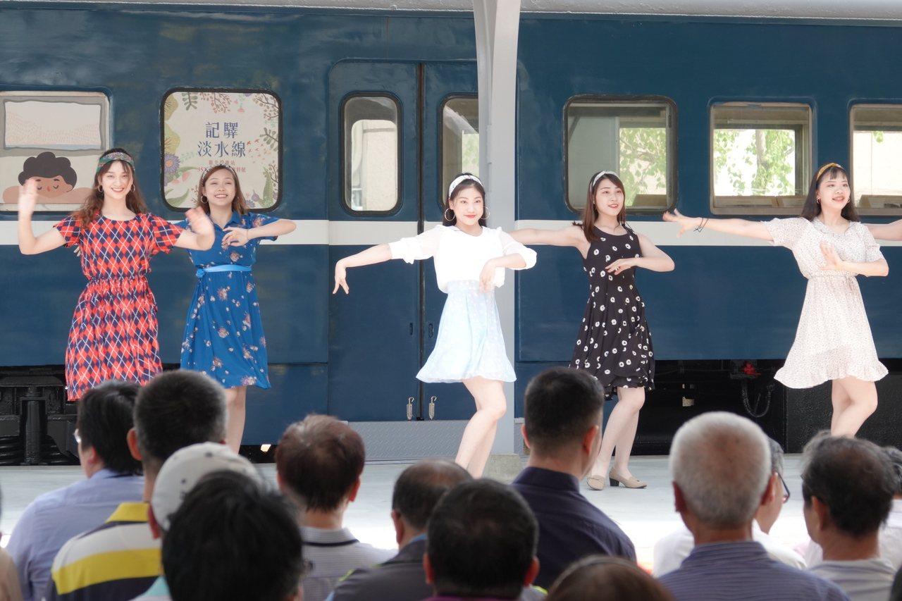 新北投車站昨天舉行二期工程完工暨開幕活動,舞者穿著復古風格服飾跳舞。 記者林伯東...
