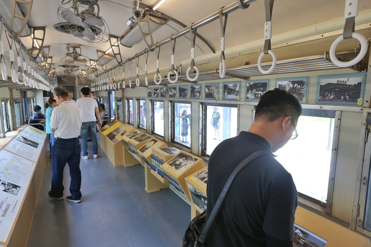 新北投車站昨天舉行二期工程完工暨開幕活動,將當年曾往返淡水線的普通客車置於新設月...
