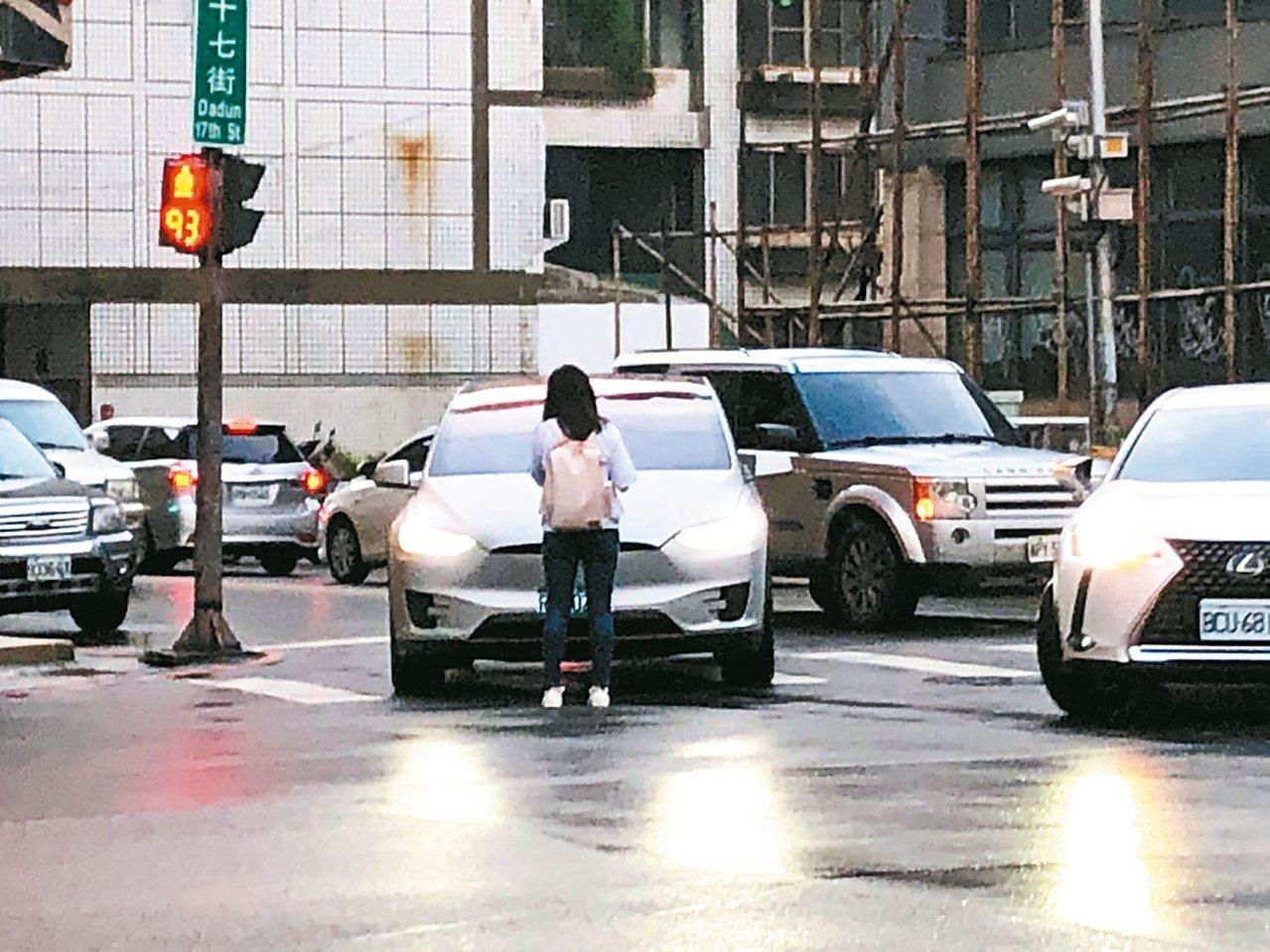 台中市昨天傍晚有對男女朋友吵架,女子負氣下車,擋在男子駕駛的轎車前面,氣得他狂按...