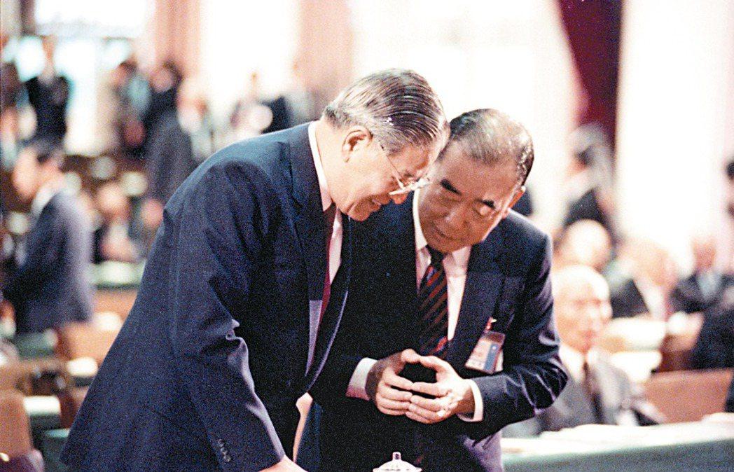 圖為一九八九年國民黨第十三屆二中全會,於台北陽明山中山樓舉行,李登輝(左)、郝柏...