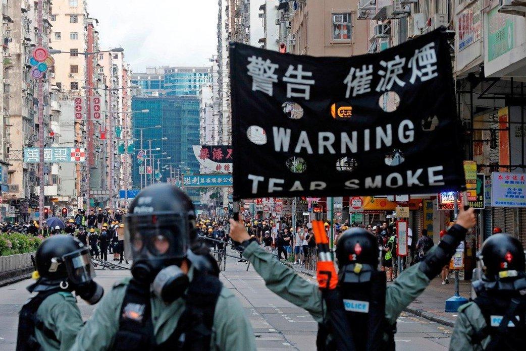 目前整個大環境充滿了不確定性,圖為香港反送中抗爭引起港警反制。 (路透)