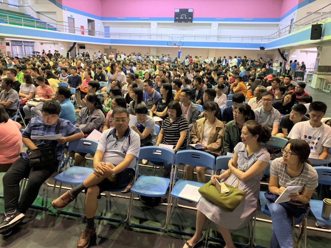 教育部昨天到南榮科大舉辦學生安置說明會,家長和學生擠滿會場。記者吳淑玲/攝影