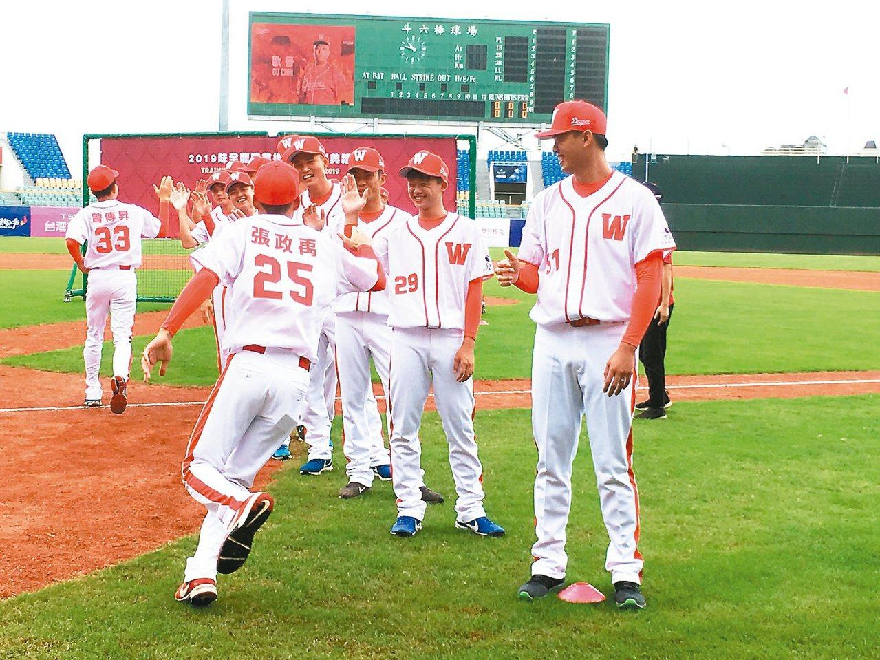 重返棒球圈的味全龍隊昨天在雲林斗六棒球場開訓,邀請球迷到場「與龍共舞」。 記者陳...