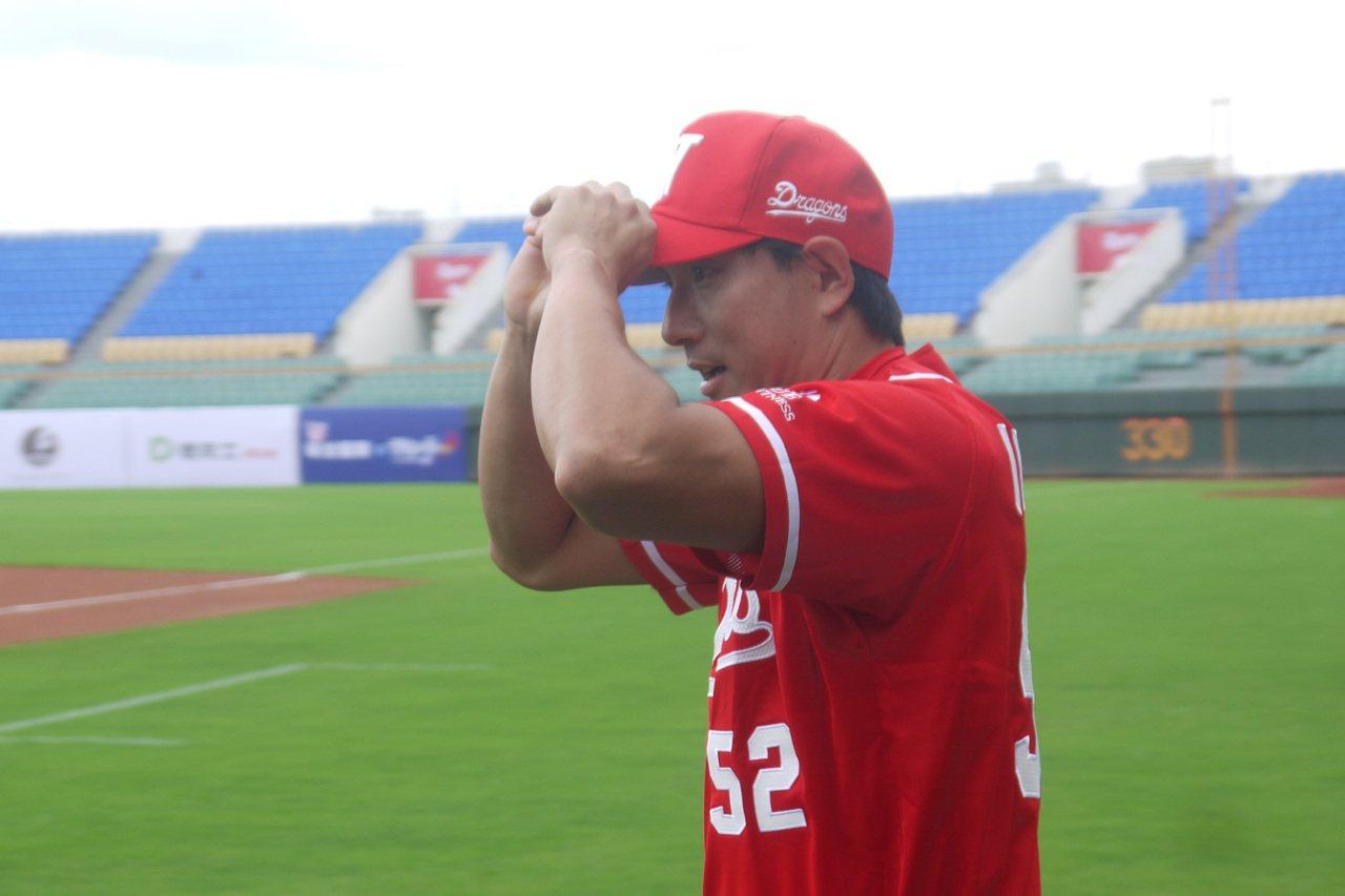 川崎宗則在味全龍趣味對抗賽投、打試身手。 記者吳敏欣/攝影