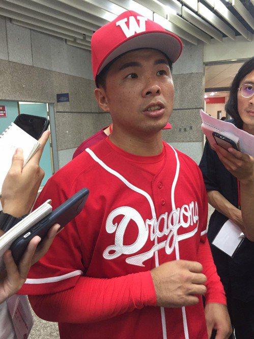 吳宗峻披上味全龍球衣重啟職棒生涯。 記者吳敏欣/攝影