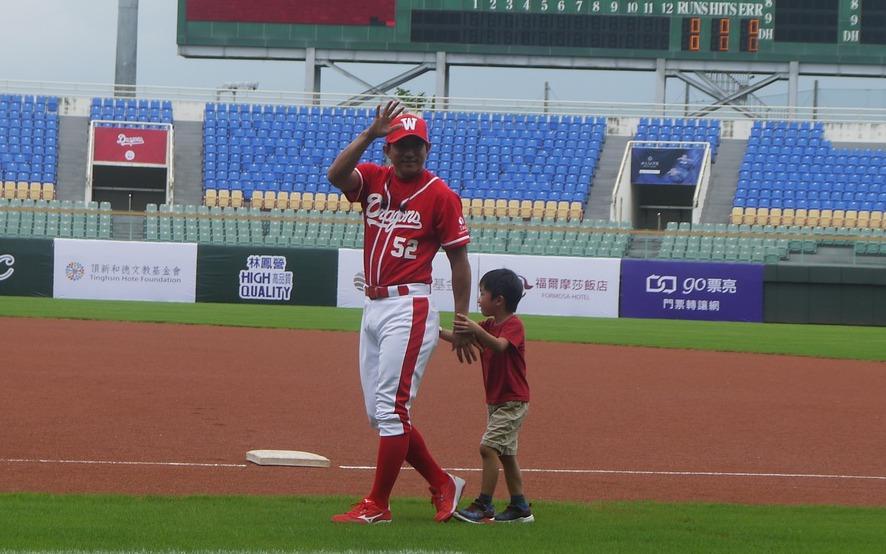 川崎宗則帶著兒子現身斗六球場。 記者吳敏欣/攝影