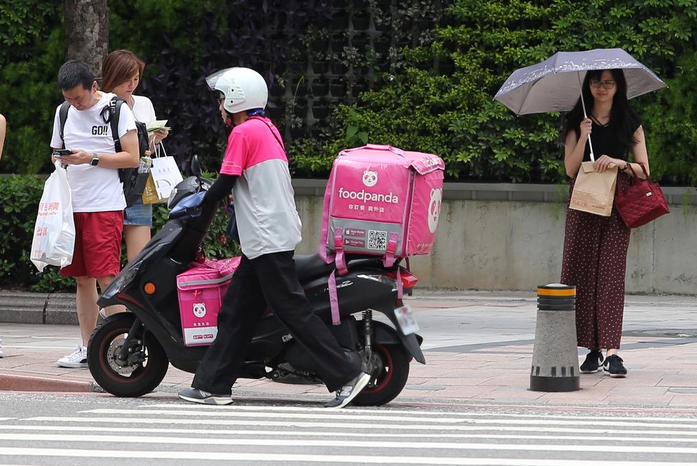 日前一名網友為體恤外送人員下雨天送餐辛勞,掏出500元,向對方說「免找了」,下一...