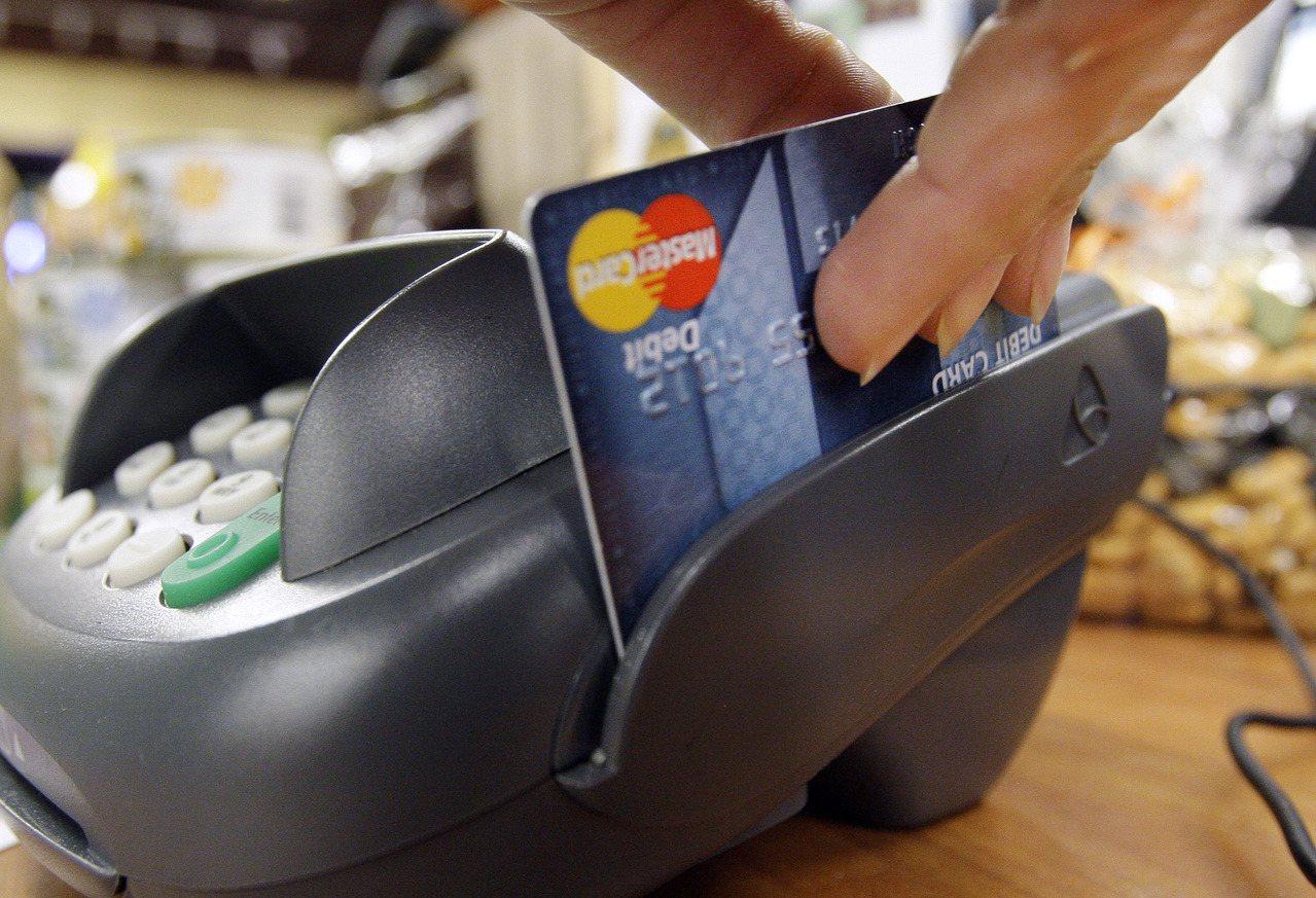 家人老是花太多錢應取消附卡。 (美聯社資料照片)