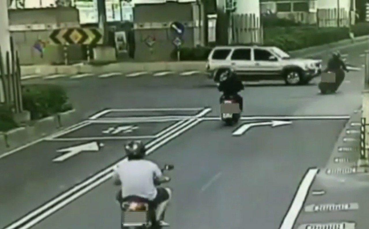 直行機車騎士與休旅車發生碰撞,騎士彈飛倒地,送醫不治。記者蕭雅娟/翻攝