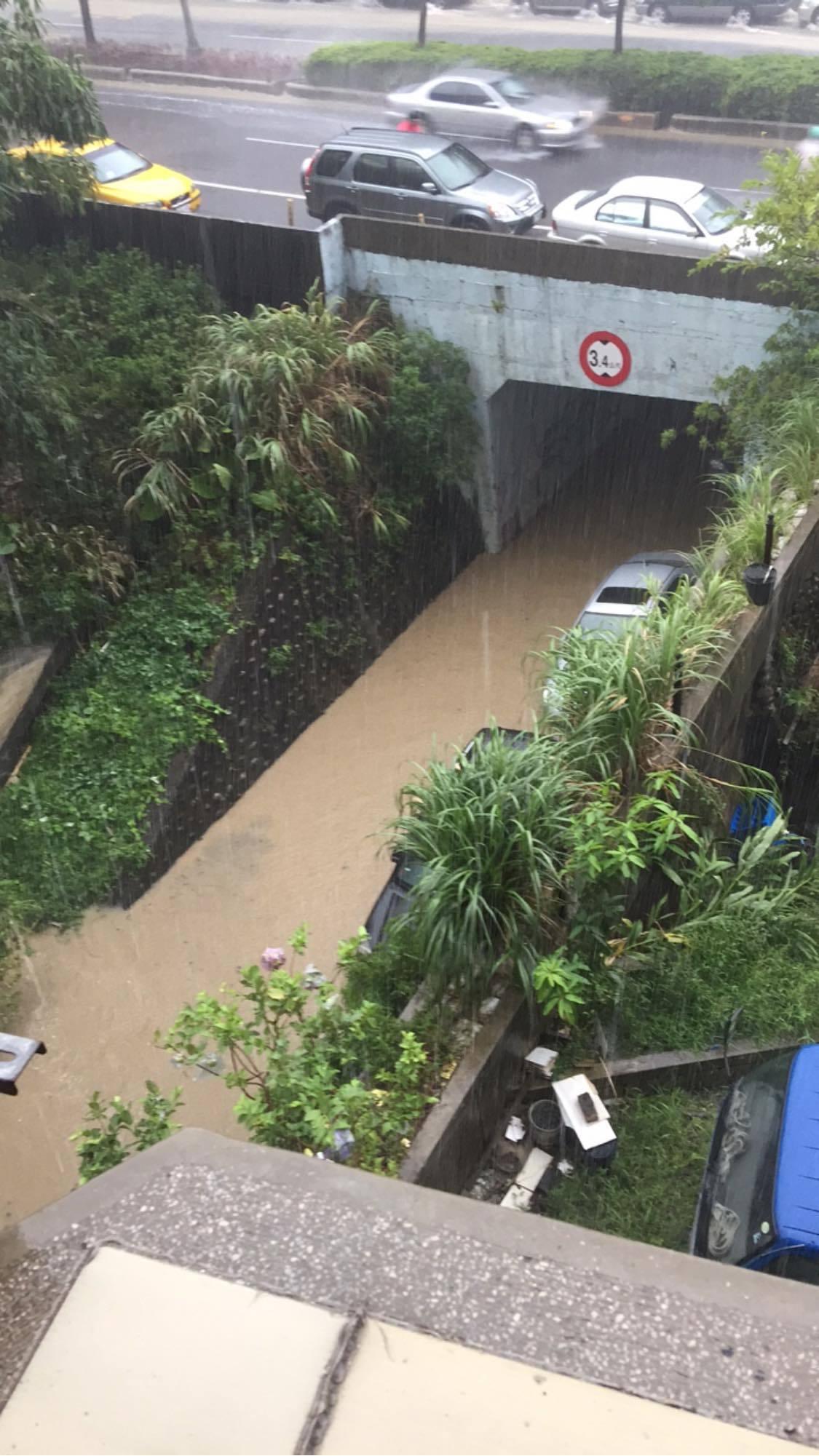 新台五路往五堵方向橋下有淹水情況,車輛都泡在水中。圖/截自汐止集團臉書