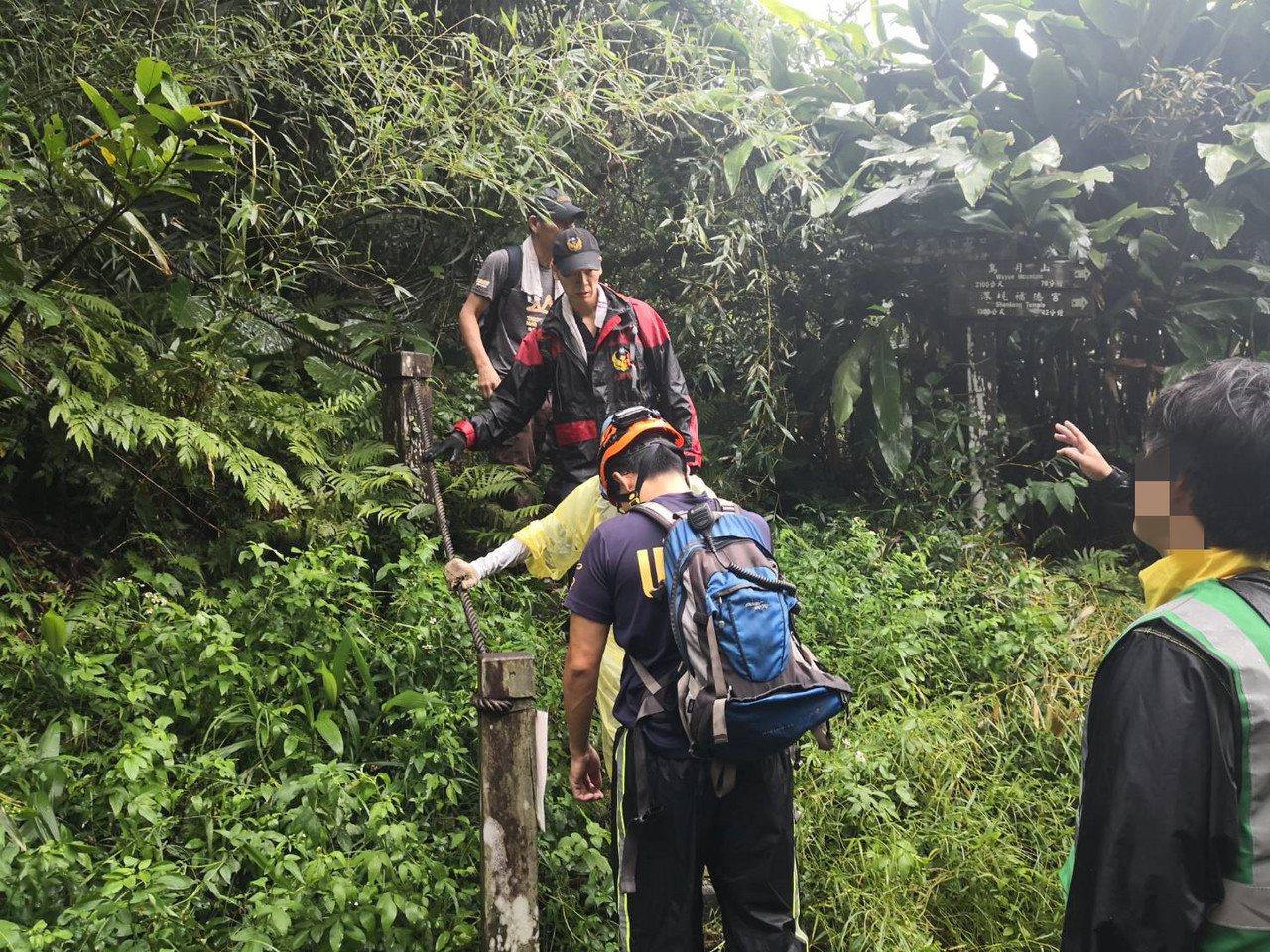 25名登山客組成的登山團今上午前往筆架連峰登山,卻不幸遇到中暑、雷擊等意外,造成...