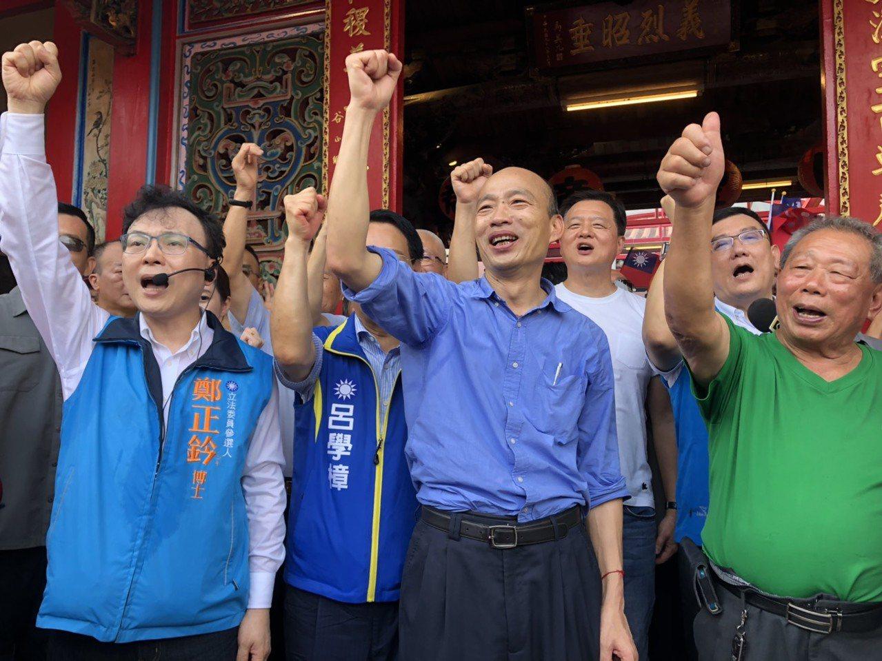 高雄市長韓國瑜(中)今天下午前往新竹市關帝廟參拜上香。記者王駿杰/攝影