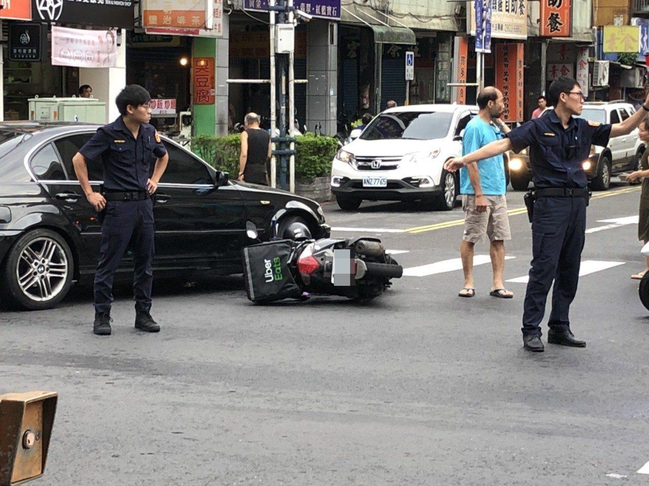 羅男疑似為貪快左轉,未注意到對向來車,造成高男閃避不及直直撞上。圖/讀者提供