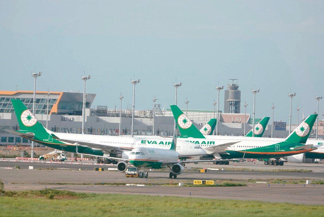 六月長榮罷工,航班大量取消,一整排停飛的班機停在桃園機場維修廠棚及維修機坪上。 ...