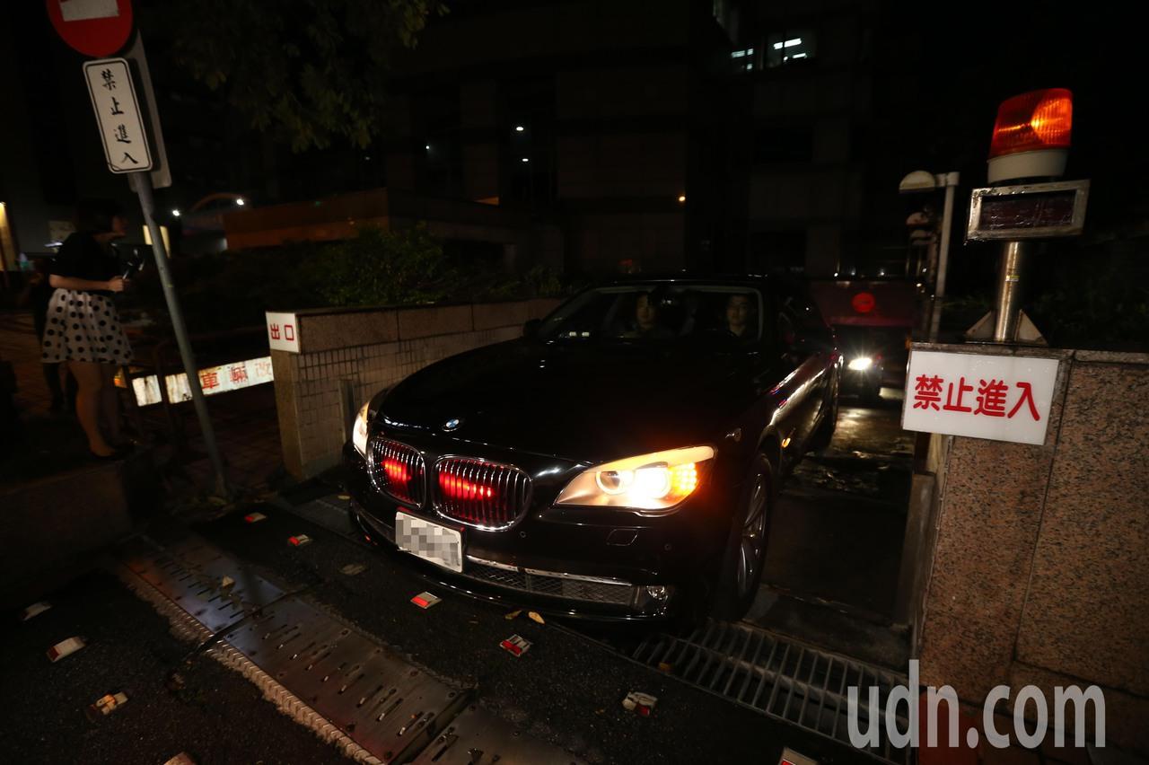 國民黨主席吳敦義與高雄市長韓國瑜會面近一小時後,搭乘車輛離開國民黨中央黨部。記者...
