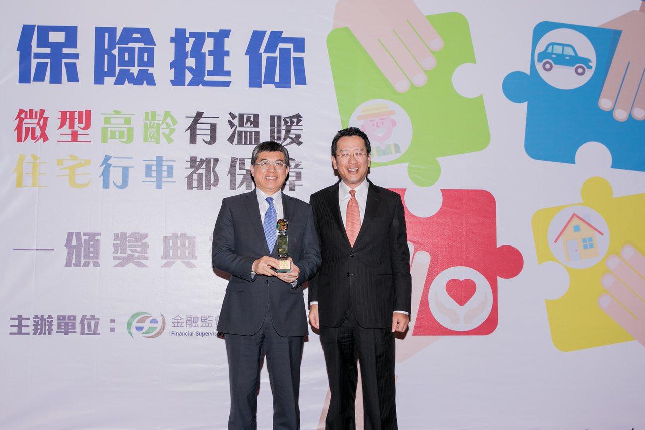 新光人壽榮獲「微型保險衝刺獎」,金管會主委顧立雄(右)頒獎。新光人壽/提供