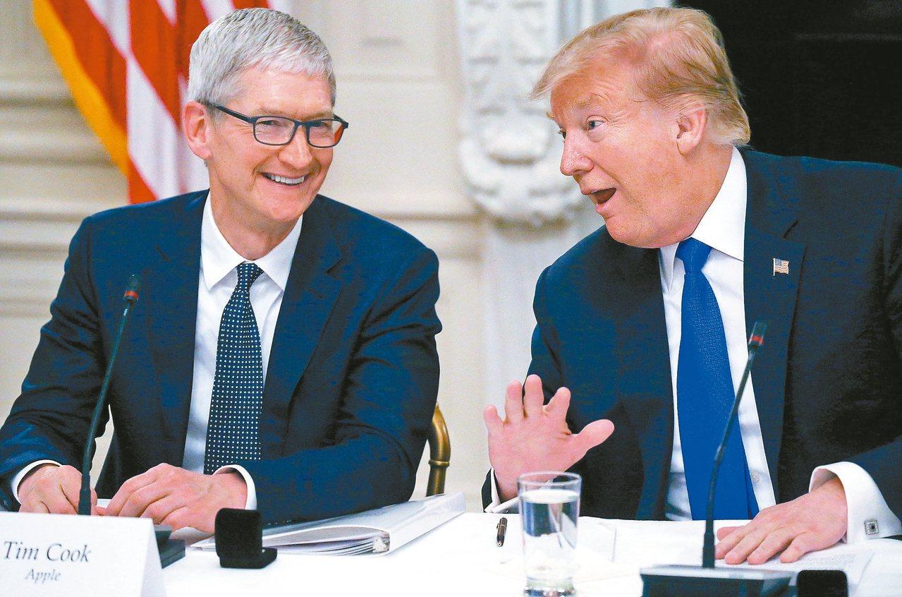 川普與庫克共進晚餐,稱讚蘋果在美國砸大錢投資。圖為兩人在3月記者會上檔案照。 路...