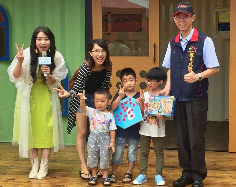 臺中市政府觀光旅遊局主任秘書林鴻文(右一),與參加活動的家長及小朋友共同合影。 ...