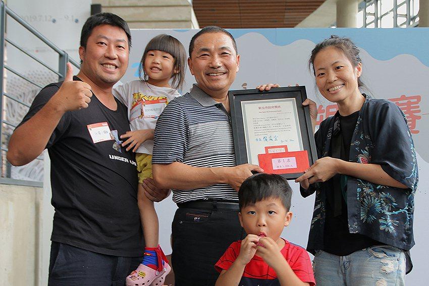 獲得「2019夏日泥巴藝術季-泥塑大賽」第一名的是住在新莊區的李倩雯一家4口,由...