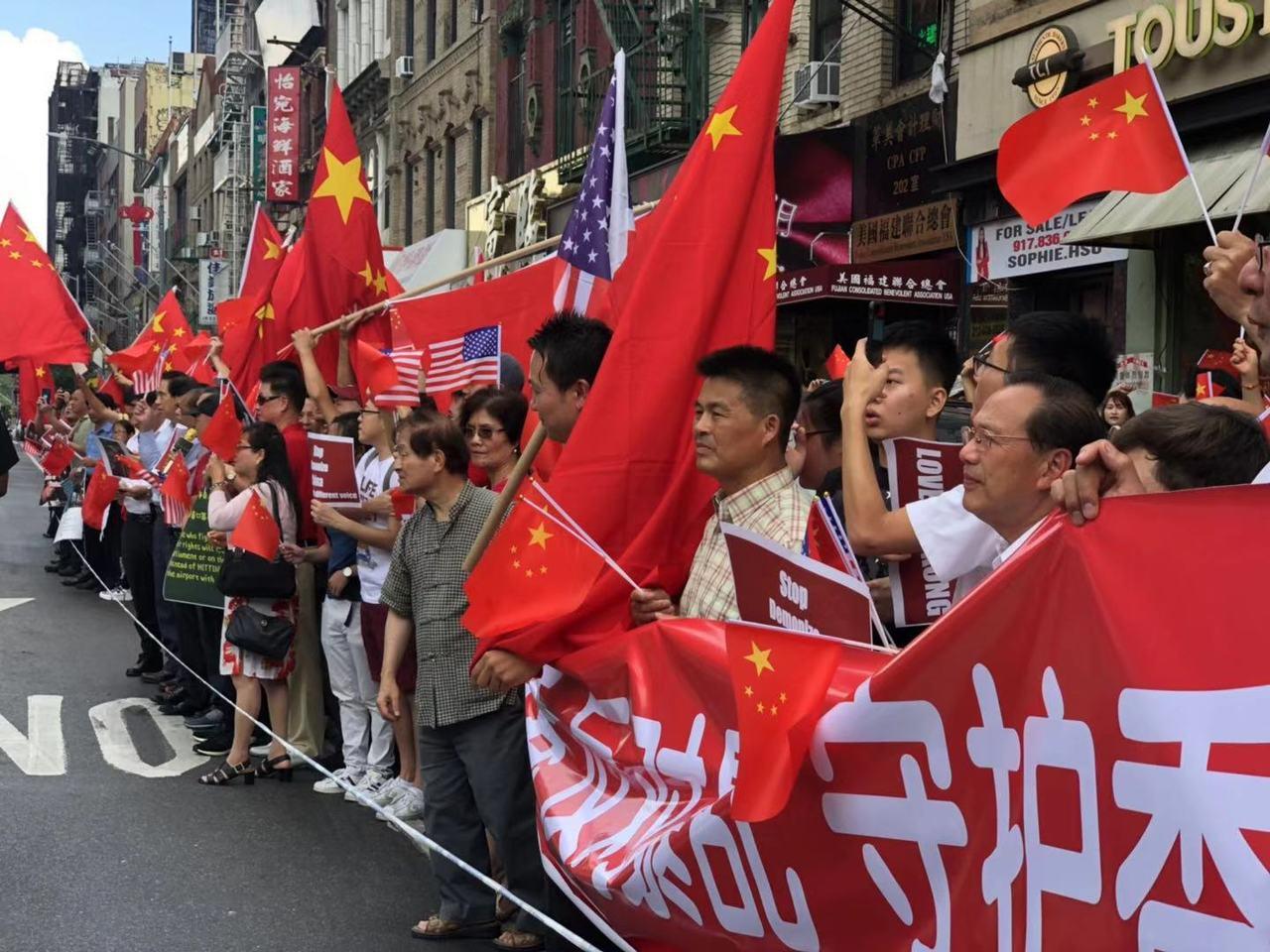 美東華人社團聯合總會組織上百人分庭抗禮。 (記者張晨/攝影)