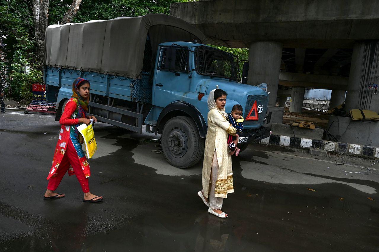 印度放鬆對喀什米爾管制,於17日恢復約100台電話交換機中17台機器營運。圖為喀...