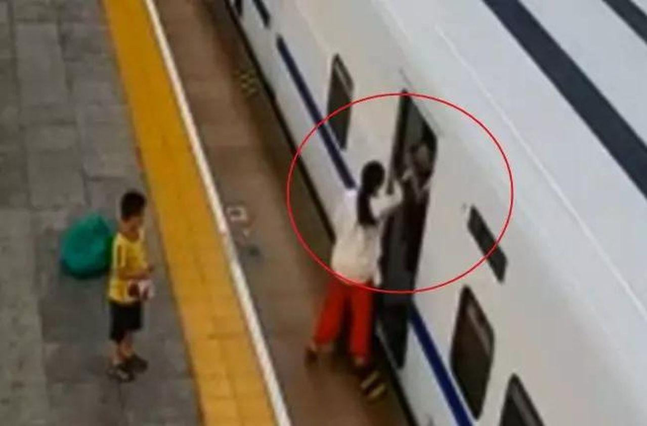 女子搭高鐵,掌摑乘務員,孩子在旁目睹全程。 (取材自揚子晚報)