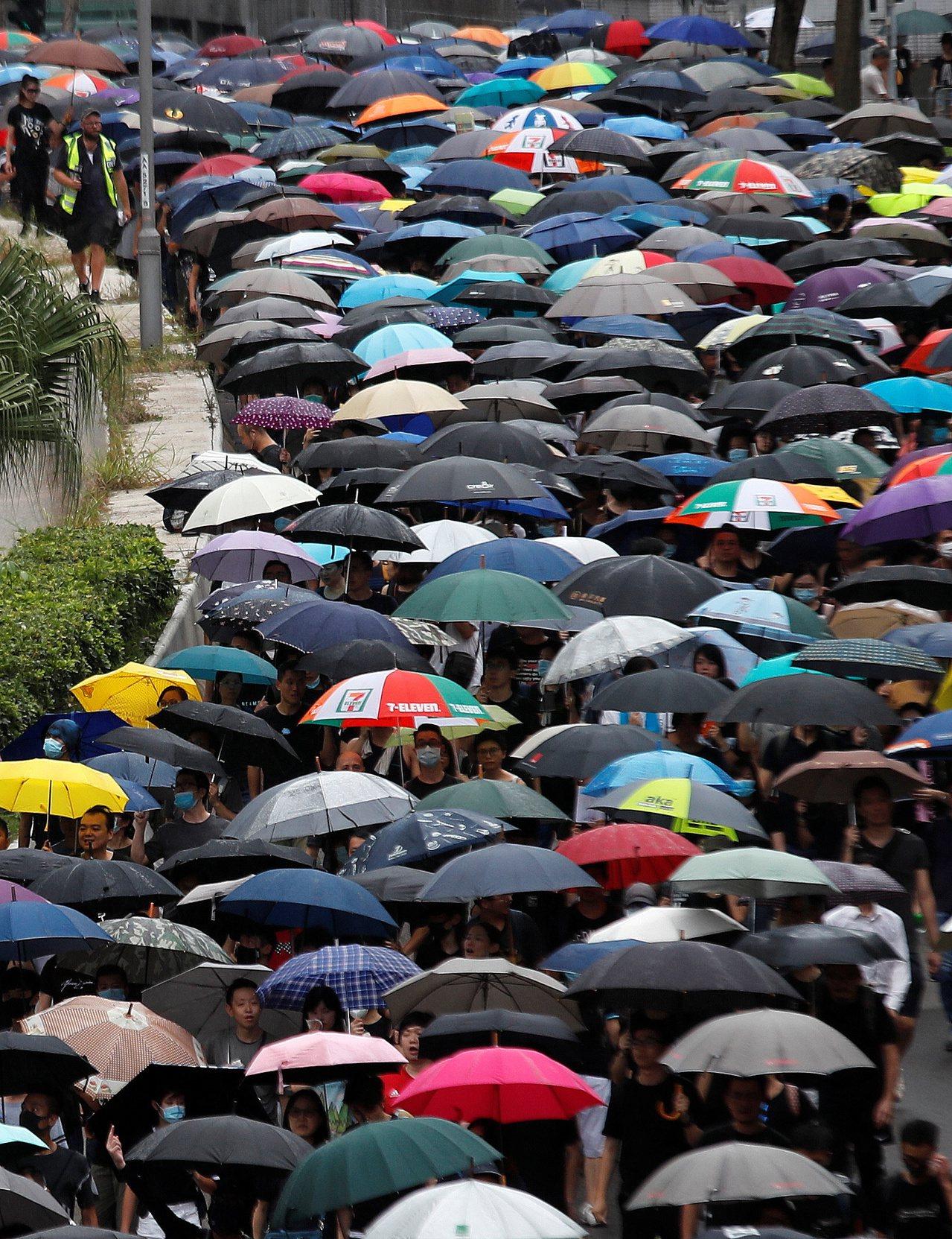 香港市民發起「收復紅土」(紅磡、土瓜灣)活動,成千上萬人撐著雨傘上街遊行。 (...