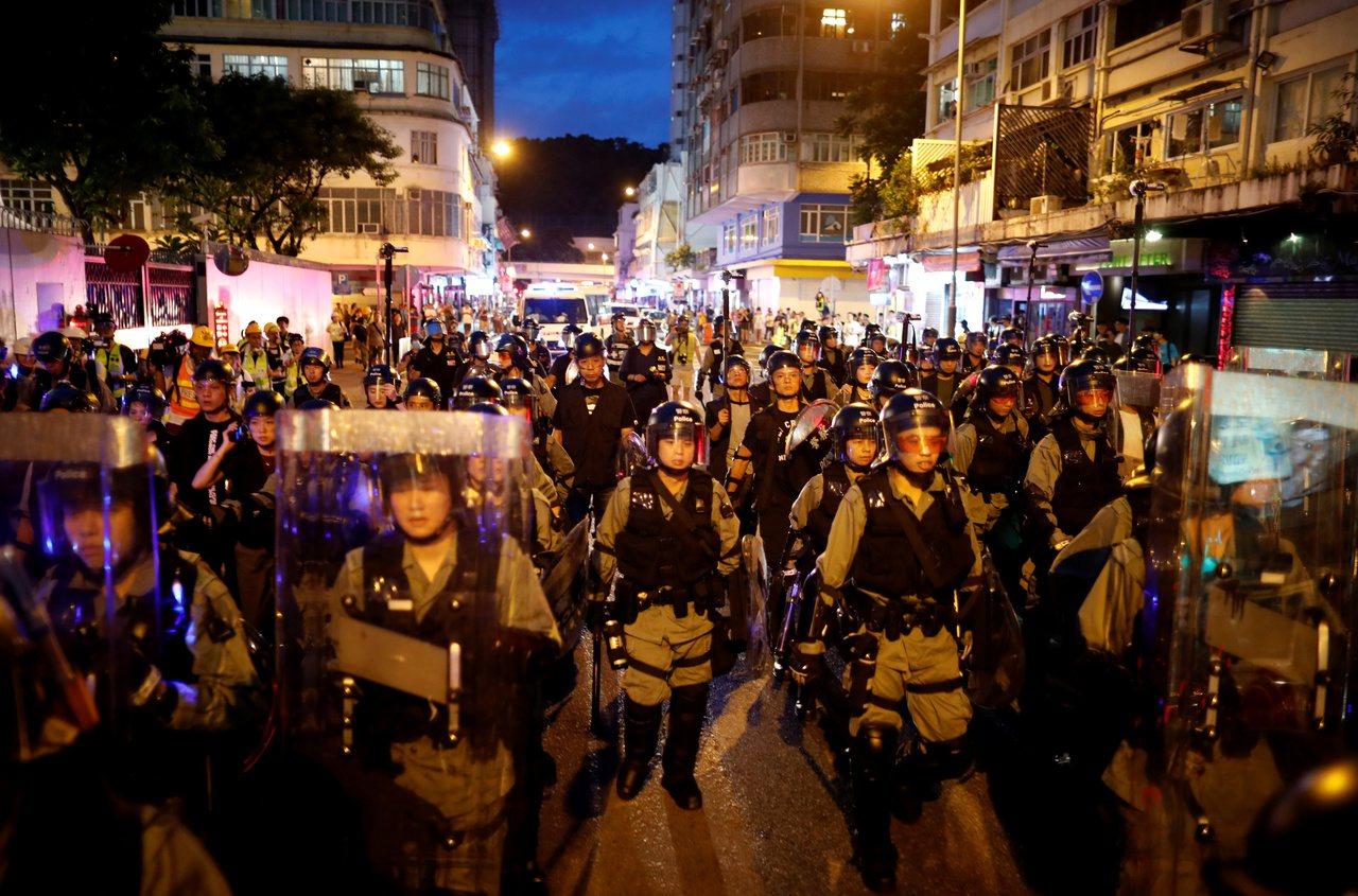香港市民發起「收復紅土」(紅磡、土瓜灣)活動,成千上萬人上街遊行。圖為入夜後大批...