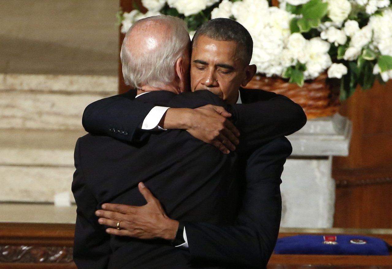 據說歐巴馬不鼓勵白登參選總統,但白登堅持出馬,歐巴馬(右)還是暗中相助。 美聯社