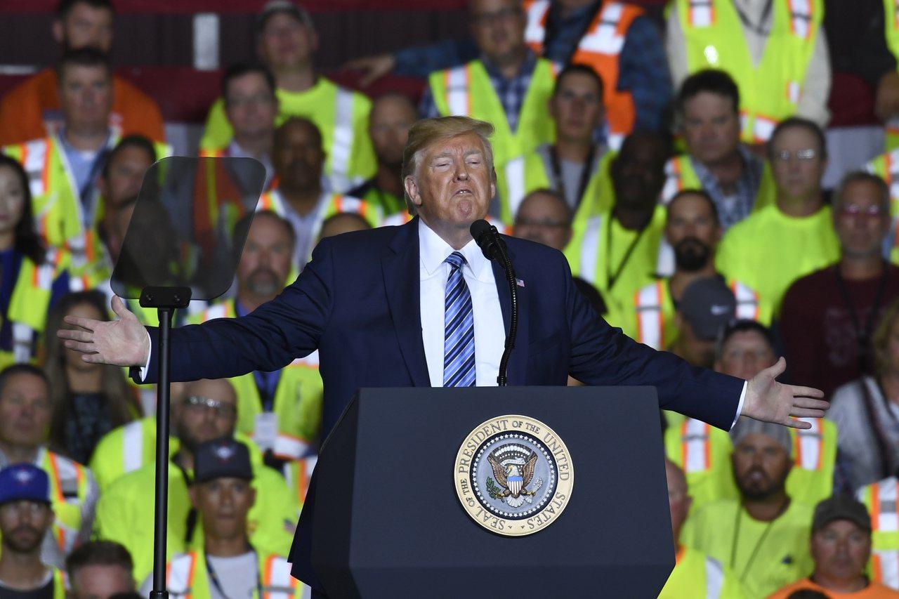 川普總統上周前往賓州殼牌石油園區造勢,圖為川普對石油工人演說。 美聯社