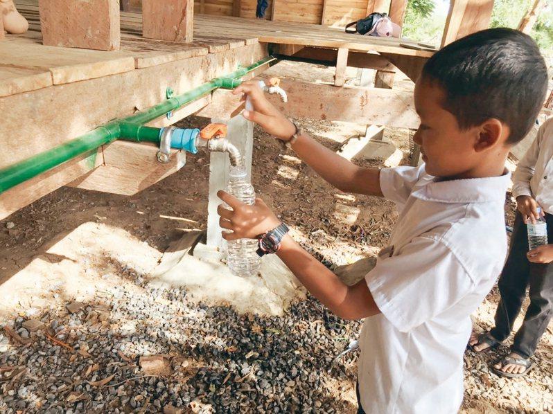 柬埔寨偏鄉小學自從有濾水塔,孩童得以喝到乾淨的水。 記者馮靖惠/攝影