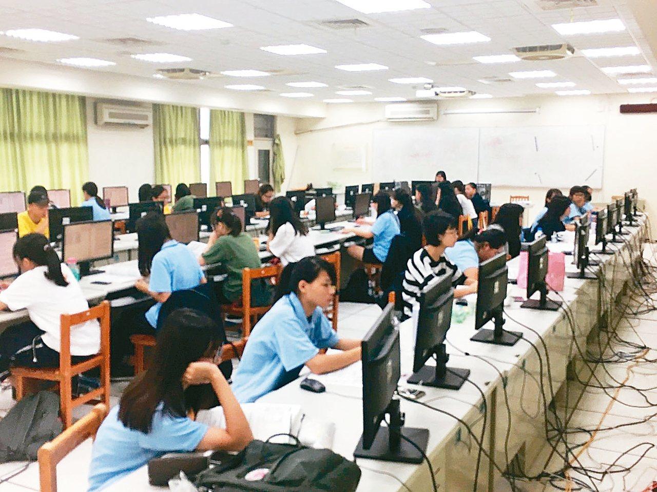 新竹高商學生趁暑假「練功」準備電腦軟體應用乙級證照等。 圖/新竹高商提供
