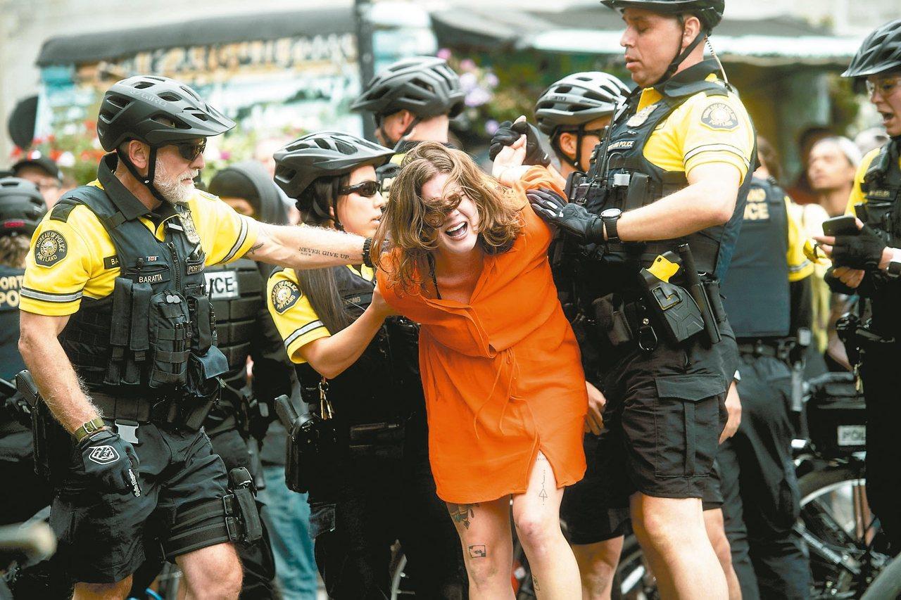 美國波特蘭市17日爆發極右派團體與反法西斯團體的衝突,警方逮捕一名反極右派人士。...