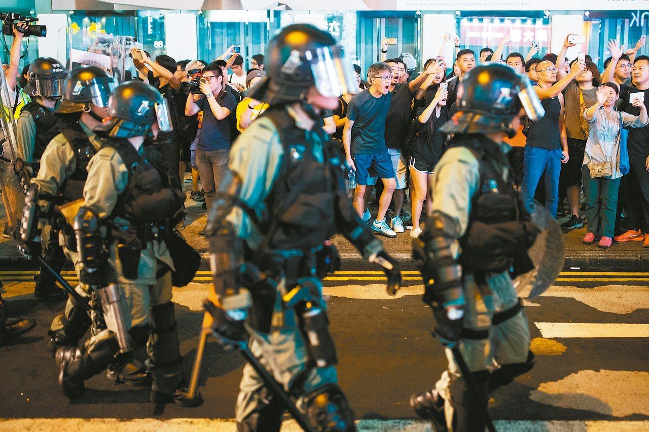 香港反政府示威持續,圖為17日香港民眾向防暴警察大喊大叫場面。 路透