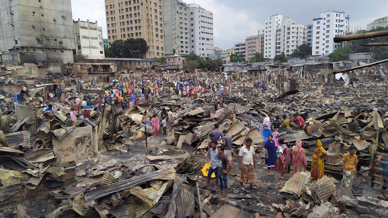 孟加拉首都達卡貧民窟16日晚發生大火,焚毀約1萬5000間住宅。 圖擷自The ...